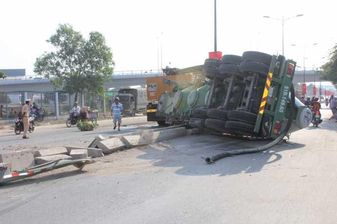 Hiện trường vụ tai nạn trên đường Lê Văn Việt rạng sáng 26/4.