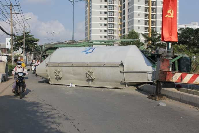 Thùng bồn bê tông văng xuống đường.