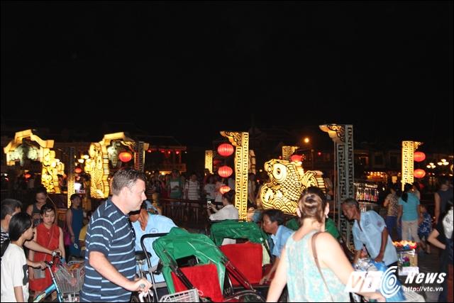 Đêm ở khu vực Chùa Cầu Hội An tập trung một lượng lớn du khách.