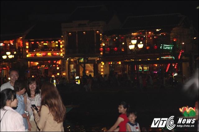 Ánh đèn từ khu phố Nguyễn Phúc Chu tô điểm thêm cho bức tranh Hội An về đêm. Các vệt sáng hắt xuống sông Hoài trông tuyệt đẹp. Khu phố này cũng là nơi tập trung các quán ẩm thực, hàng lưu niệm.