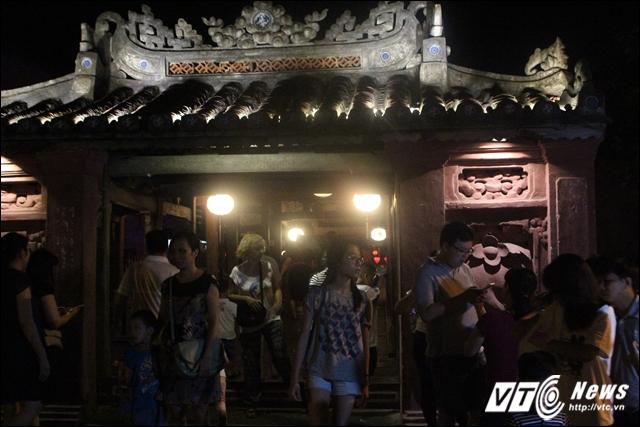 Chùa Cầu là một công trình kiến trúc đẹp và cổ nhất Hội An. Cầu có chiều dài gần 20 mét, bắc qua con lạch nhỏ chảy ra sông Thu Bồn, đêm xuống cầu trở nên lung linh với đủ sắc màu.