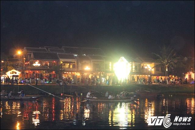 Đi thuyền ghe nhỏ trên sông Hoài để cảm nhận cuộc sống đang trôi chậm rãi và ngắm phố cổ hai bên bờ sông.