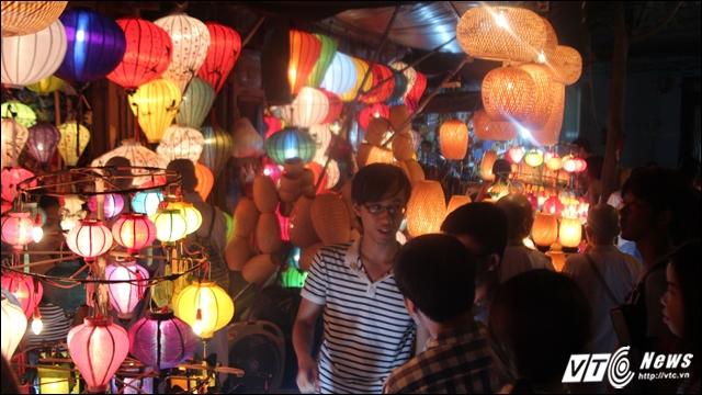 Phố đèn lồng với nhiều loại đèn độc đáo và lộng lẫy.