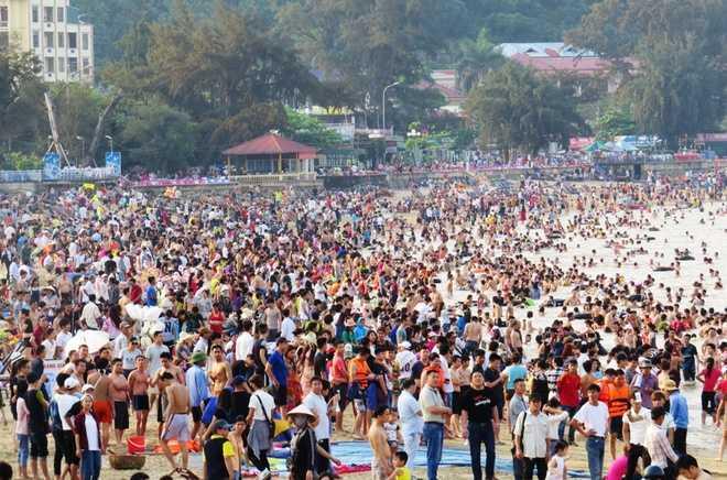 Ngày 30/4, người người từ khắp các tỉnh, thành phía Bắc và người dân thành phố Cảng đồ về các bãi biển thuộc khu du lịch Đồ Sơn.