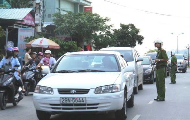 Lượng người và xe tăng đột biến khiến giao thông khu du lịch tắc nghẽn. Cảnh sát khu vực, CSGT làm việc hết công suất để điều tiết - Nguồn ảnh: Vnexpress
