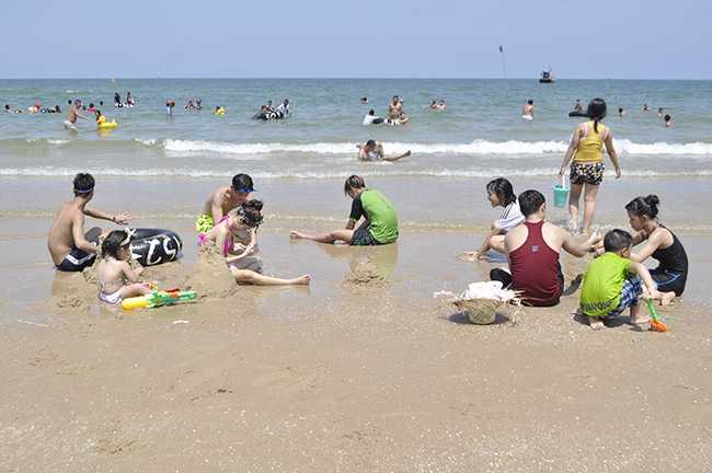 Tắm biển và chơi các trò chơi dưới biển là một trong nhiều lựa chọn giải nhiệt mùa nắng nóng.