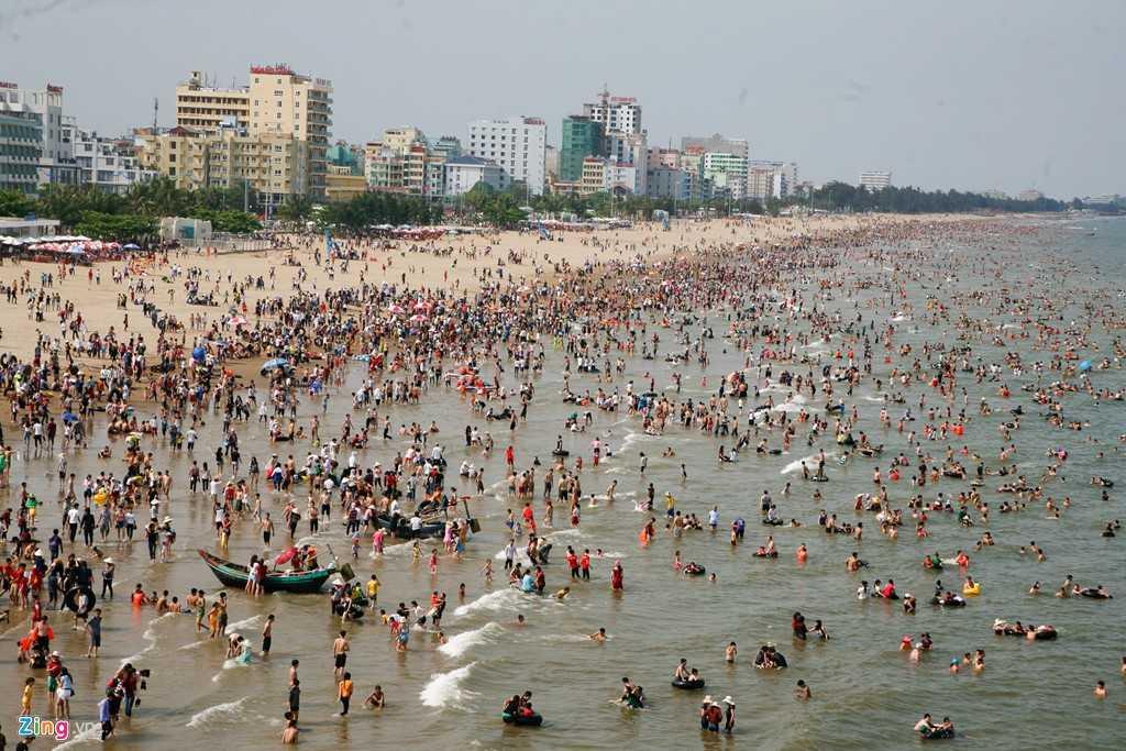 Bãi biển Sầm Sơn (Thanh Hóa) chiều 30/4 ken đặc người. Nhân dịp nghỉ lễ, hàng nghìn người đã đổ về đây tắm mát, thưởng thức hải sản.