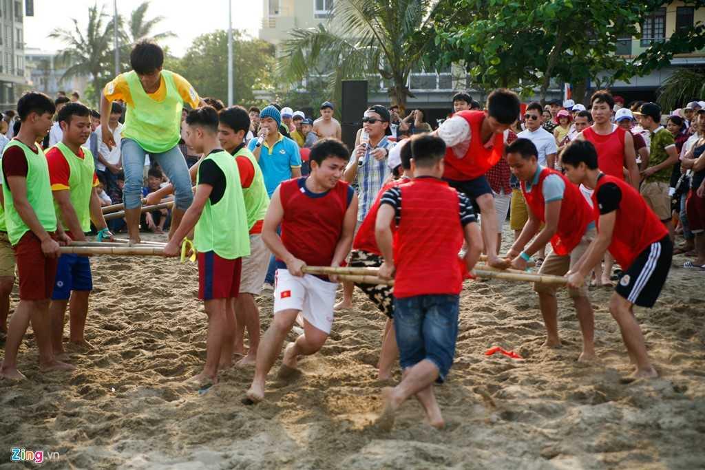 Nhóm thanh niên khác chơi những trò thể thao tập thể.