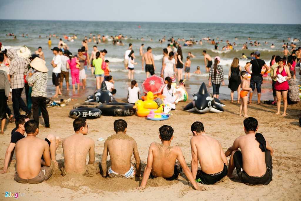 Từ đầu giờ chiều đến chập tối, dưới biển quá đông người, không có chỗ bơi thoải mái. Nhiều khách ở trên bờ nhiều hơn thời gian nhúng thân mình xuống nước - Nguồn ảnh: Zing