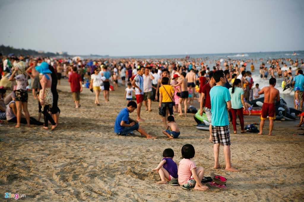 Bãi biển càng về chiều càng đông người do nắng tắt dần - Nguồn ảnh: Zing