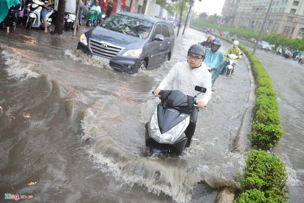 Mưa lớn kéo dài hơn 2 giờ vào trưa 18/5 khiến nhiều tuyến đường ở quận 1, 2, 3, Phú Nhuận, Bình Thạnh bị ngập cục bộ do nước thoát không kịp.