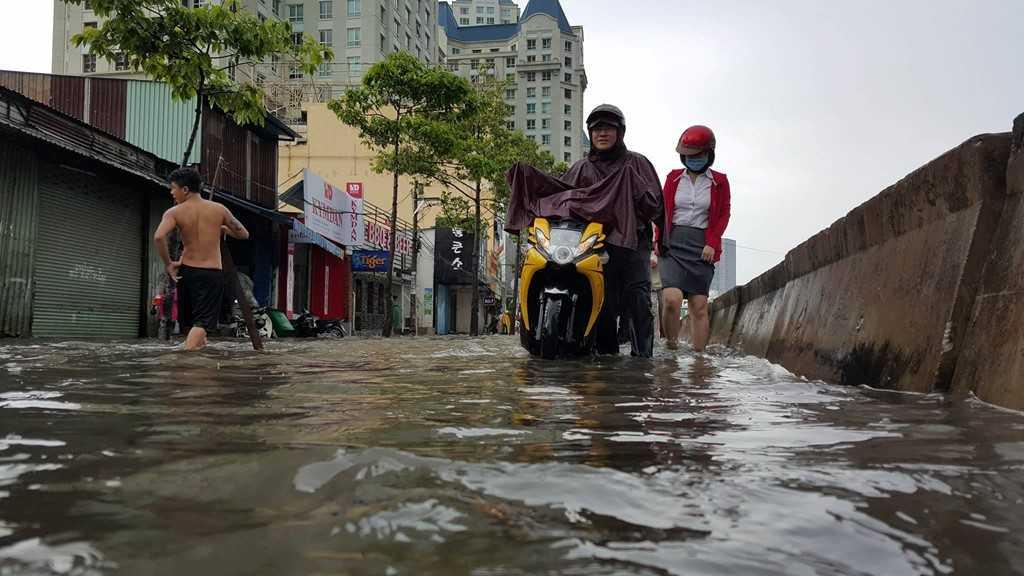 Đường Nguyễn Hữu Cảnh (quận Bình Thạnh) được xem là rốn ngập của thành phố sau các cơn mưa lớn.