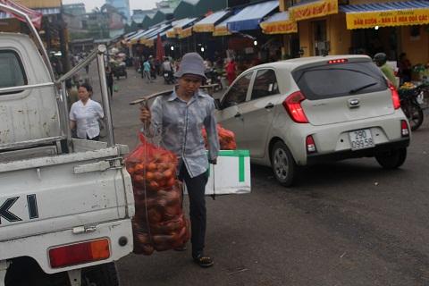 Từ sáng sớm ngày 1/5 chị Liên đã có mặt ở chợ Long Biên để đi làm.