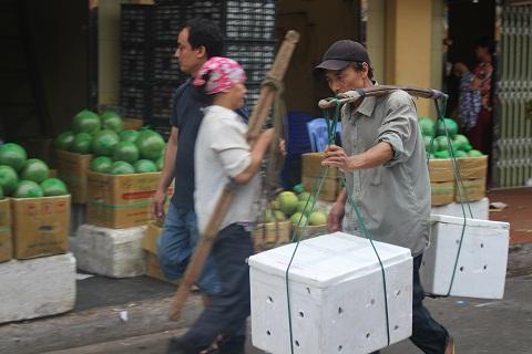 Từ 3h sáng anh Tài đã có mặt tại chợ Long Biên để kiếm việc làm thêm. Đối với những người sống ở xóm nổi sông Hồng việc nghỉ ngơi trong những ngày nghỉ lễ như thế này là điều quá xa xỉ. Trong suy nghĩ họ chỉ biết hôm nay làm gì, kiếm được bao nhiêu nhiêu tiền để về nuôi gia đình.