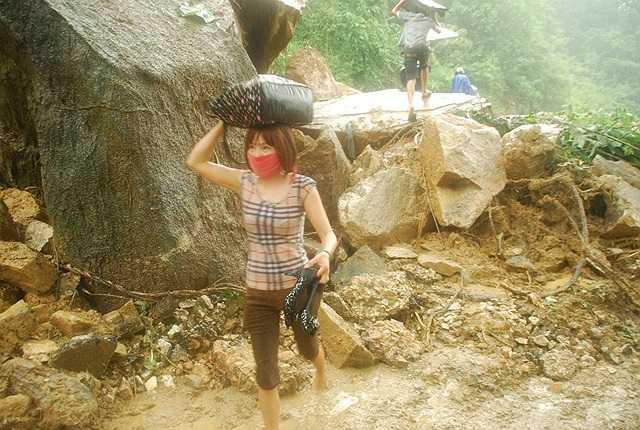 Hành khách phải lội bùn lên Sa Pa