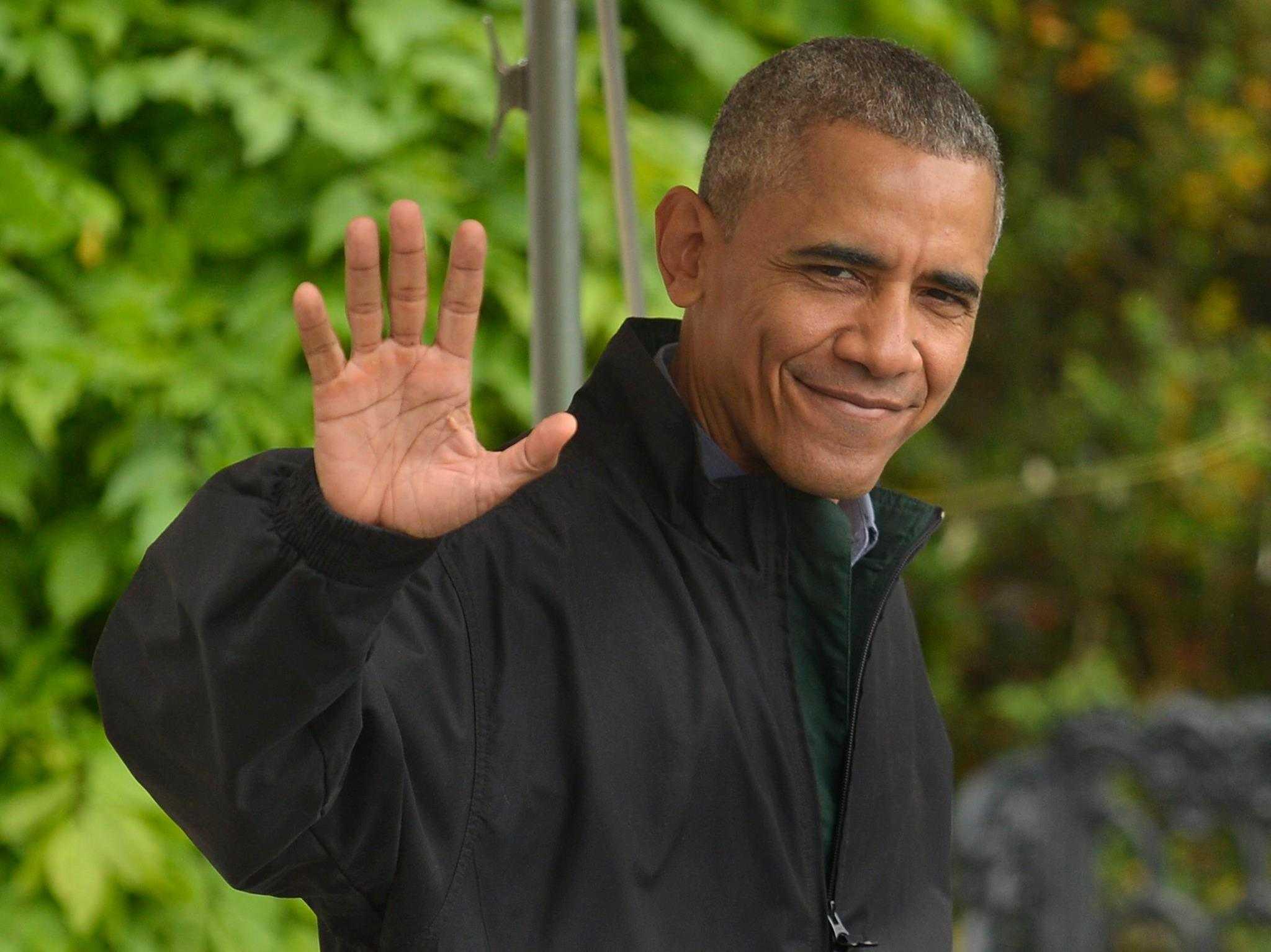 Tổng thống Obama vẫy chào báo giới khi đi ra chiếc trực thăng Marine One đỗ trong khuôn viên Nhà Trắng để bay tới Căn cứ Không quân Andrews ở tiểu bang Maryland, nơi chiếc chuyên cơ Air Force One chờ sẵn