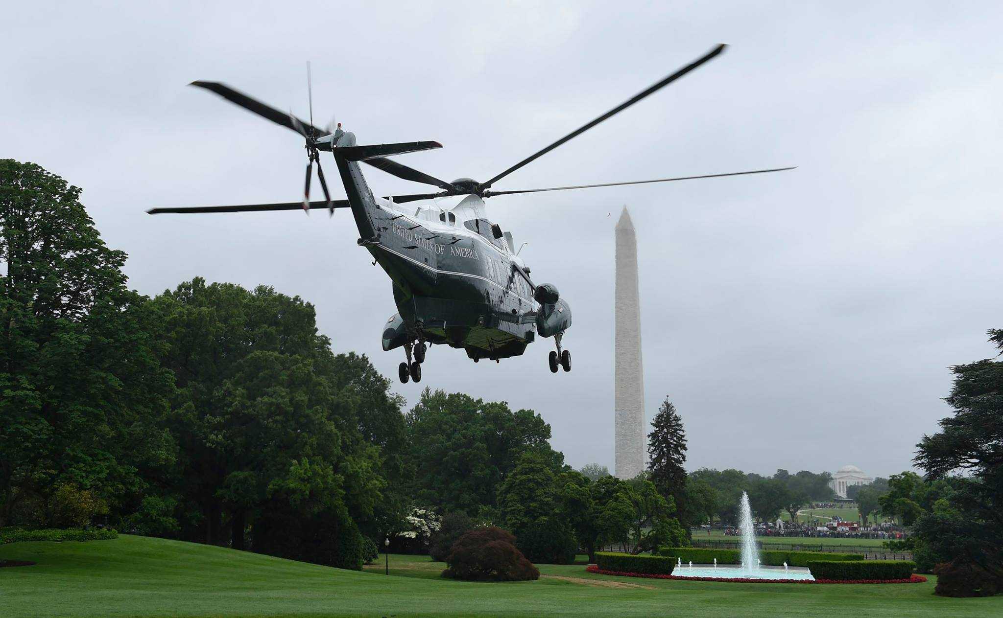 Chiếc trực thăng Marine One chở Tổng thống Obama rời khuôn viên Nhà Trắng để bay tới Căn cứ Không quân Andrews