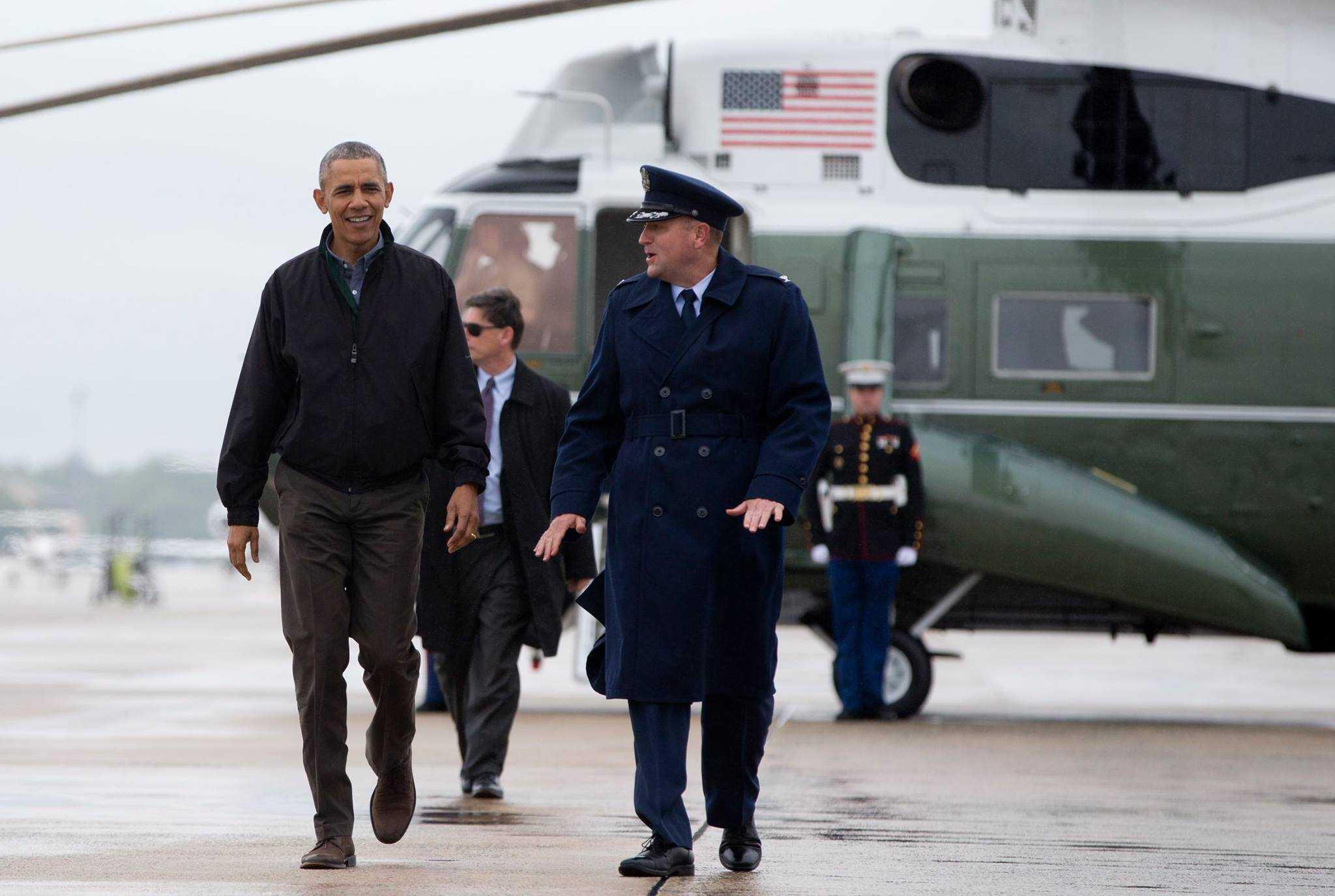 Tổng thống Obama đi từ chiếc trực thăng Marine One tới chiếc chuyên cơ Air Force One tại Căn cứ Không quân Andrews
