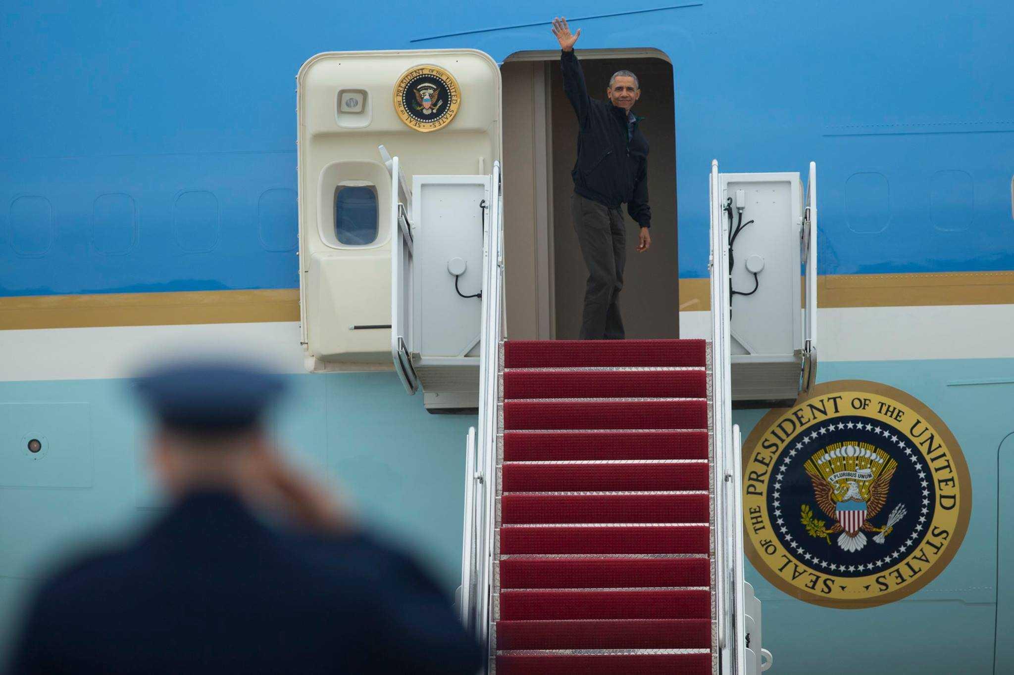 Tổng thống Barack Obama vẫy tay khi bước lên chuyên cơ Air Force One hôm 21/5 tại Căn cứ Không quân Andrews ở tiểu bang Maryland trước khi lên đường sang Việt Nam