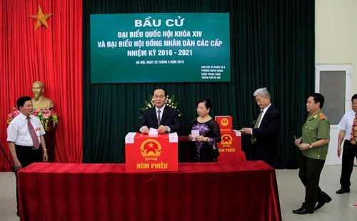 Tại khu vực bỏ phiếu số 8, phường Nhân Chính, quận Thanh Xuân, Hà Nội, Chủ tịch nước Trần Đại Quang cũng bỏ phiếu, thực hiện trách nhiệm công dân của mình (ảnh: Trường Phong)
