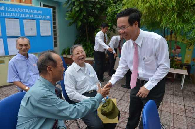 Tại TP.HCM, Ủy viên Bộ Chính trị, Trưởng ban Tuyên giáo TW Võ Văn Thưởng đến từ rất sớm tại điểm bầu cử tại Trường mầm non Sơn Ca 15, Q.Phú Nhuận (Ảnh: Quang Định)