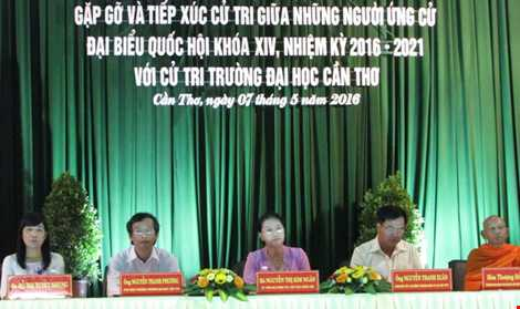 Các ứng cử viên lắng nghe cử tri Trường ĐH Cần Thơ bày tỏ tâm tư, thắc mắc và kỳ vọng vào ĐBQH và QH khóa mới.