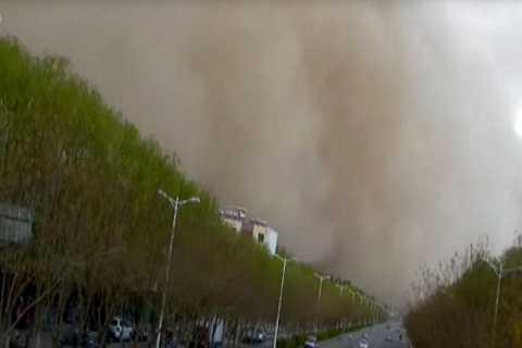 Cơn bão cát khổng lồ xuất hiện  như một bức tường lớn di chuyển càn quét khắp thành phổ chỉ trong 10 phút.