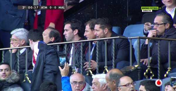 HLV Diego Simeone bị đuổi lên khán đài