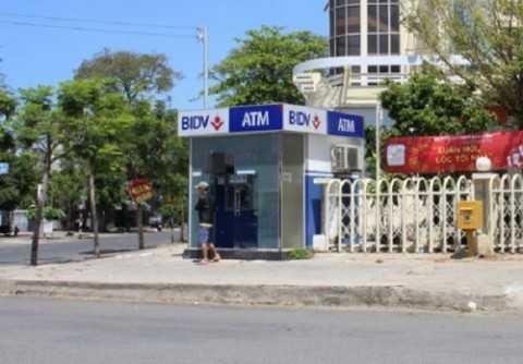 Hai người đàn ông quốc tịch Trung Quốc bị bắt quả tang khi đang rút trộm tiền từ cây ATM của ngân hàng Đầu tư và Phát triển (BIDV). (Ảnh minh họa).