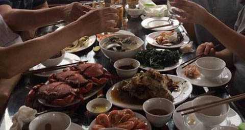 Mâm cơm trên tàu Hồng Long, 4 người ăn trị giá trên 6 triệu đồng- Ảnh Báo Doanhnghiepvn