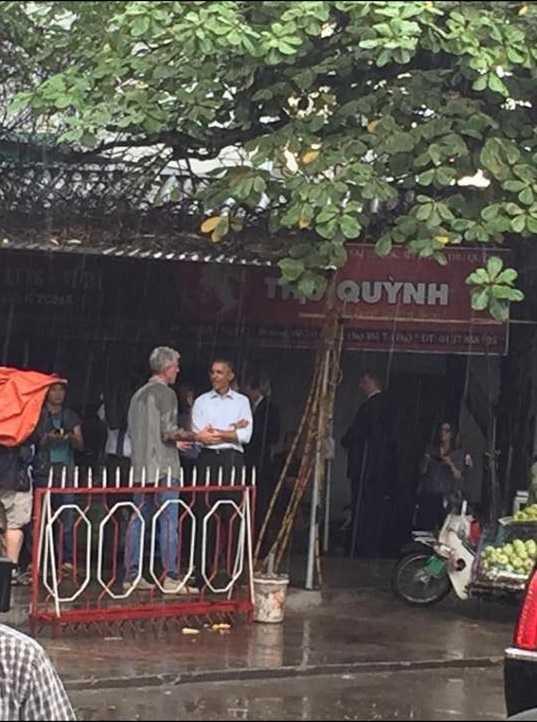 Trưa 24/5 sau khi có bài nói chuyện với các bạn trẻ Việt Nam ở TTHNQG. Tổng thống Obama đã đứng trú mưa ở một con phố nhỏ tại Mễ Trì (ảnh: Tùng Thanh)