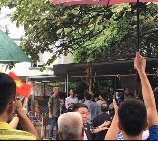 Chùm ảnh ông Obama đứng trú mưa được anh Tùng Thanh đăng tải khiến nhiều người thích thú
