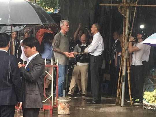 Đi cùng Tổng thống Obama (áo trắng) là ông Anthony Bourdain (áo sẫm), đầu bếp Mỹ nổi tiếng - Ảnh: Nguyễn Hưởng