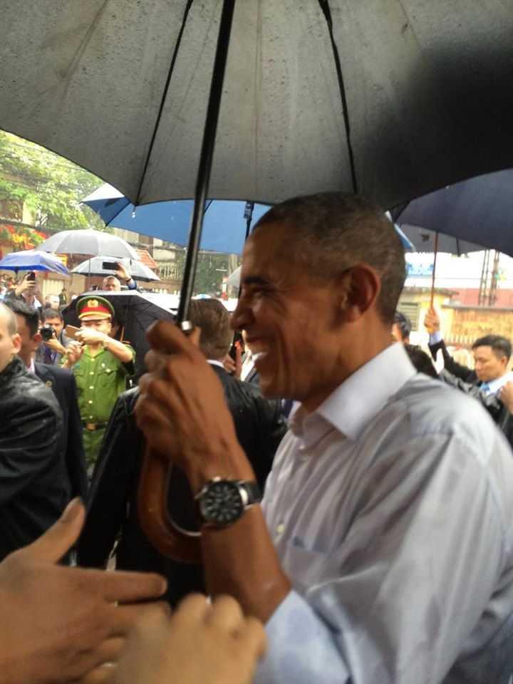 Ông Obama tươi cười trò chuyện với mọi người (Ảnh: Facebook Tùng Thanh)