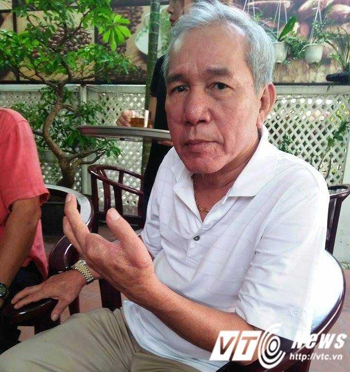 Ông Dương Quang Quýt kể lại giây phút bị đối tượng Vũ chém trọng thương, mất vĩnh viễn hai ngón tay với PV VTC News ngày 25/4 khi phiên tòa phải tạm hoãn.