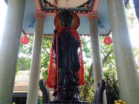 """Tượng """"ông Phật đen"""" nặng gần 10 tấn, có màu sắc đen tuyền từ đầu đến chân tượng"""