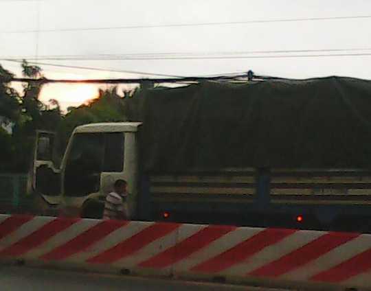 Bất chấp người dân la ó, tài xế xe tải BKS 54T - 1590 cứ đái bậy giữa đường