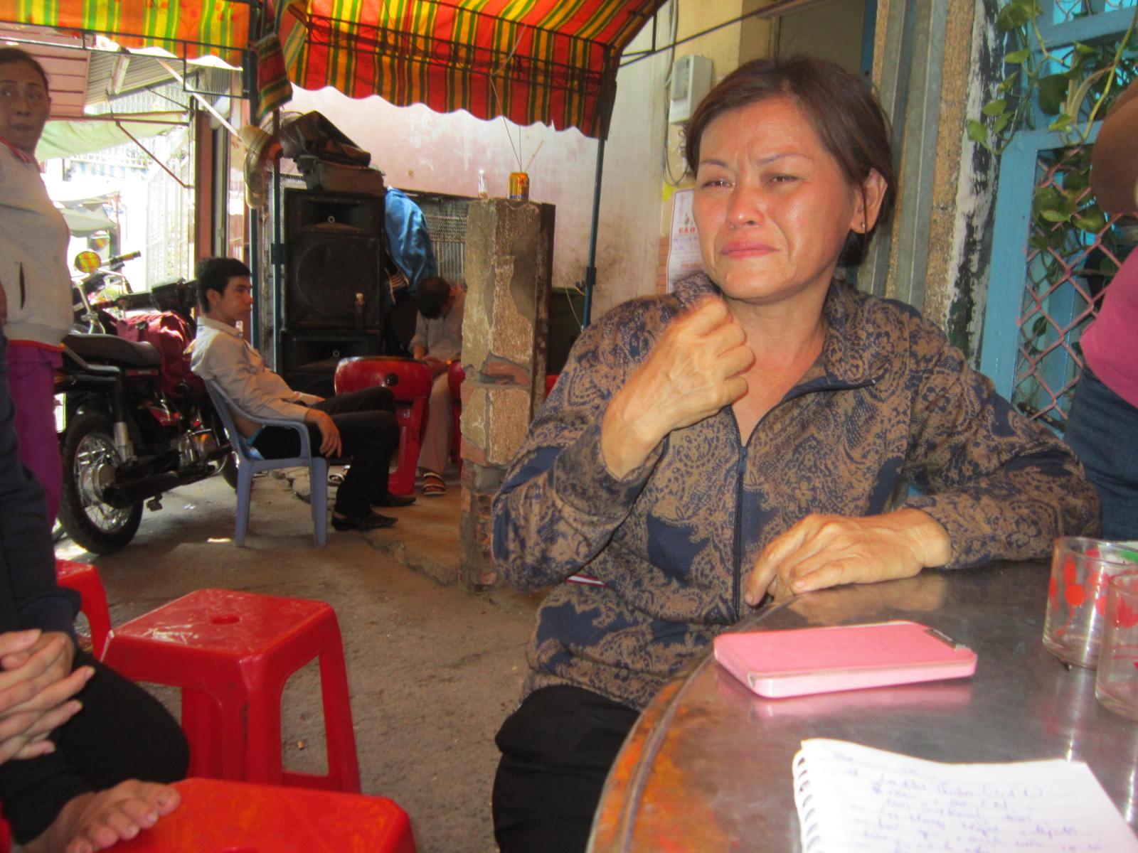Bà Phụng đau đớn kể lại giây phút mất con. Ảnh Quang Hải