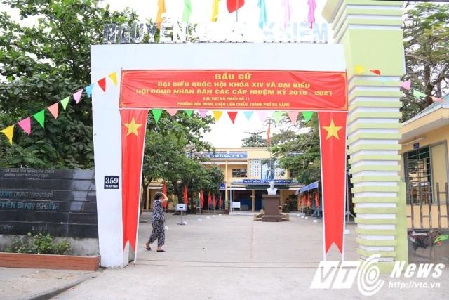 Băng rôn, cờ, hoa được trang khí tại các ngã ba, đường phố và các điểm bầu cử tại thành phố Đà Nẵng.