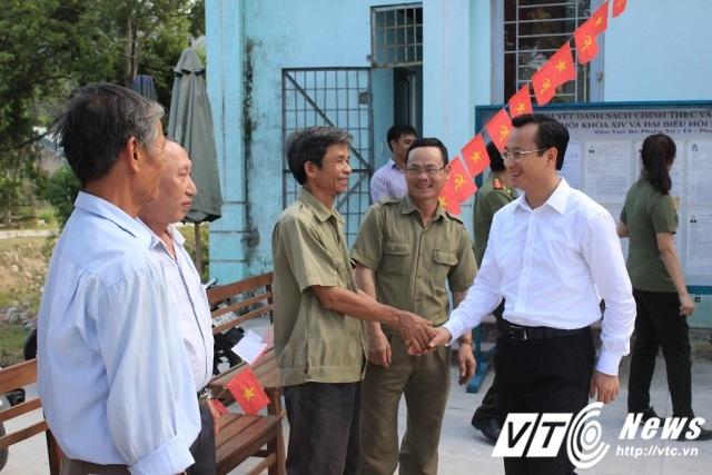 Ông Nguyễn Xuân Anh - Bí thư Thành ủy Đà Nẵng xuống các điểm bỏ phiểu để kiểm tra công tác chuẩn bị và tiếp xúc cử tri trước ngày bầu cử.