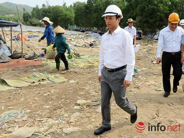 Ông Nguyễn Xuân Anh, Bí thư Thành ủy Đà Nẵng trực tiếp thị sát việc khắc phục ô nhiễm môi trường tại bãi rác Khánh Sơn hôm 17/5 (Ảnh: HC)