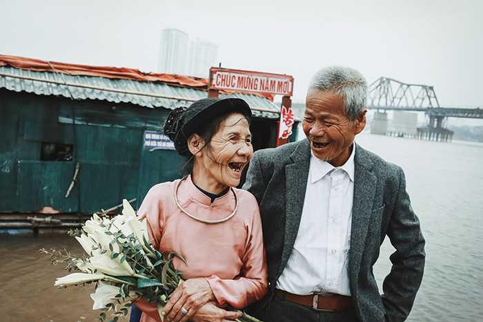 """Bộ ảnh cưới của """"ông bà lão nhặt rác"""" gây """"bão"""" mạng Việt"""