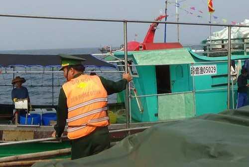 Bộ đội Biên phòng Quảng Bình đẩy đuổi các tàu cá Trung Quốc. (Ảnh do Bộ đội Biên phòng Quảng Bình cung cấp).