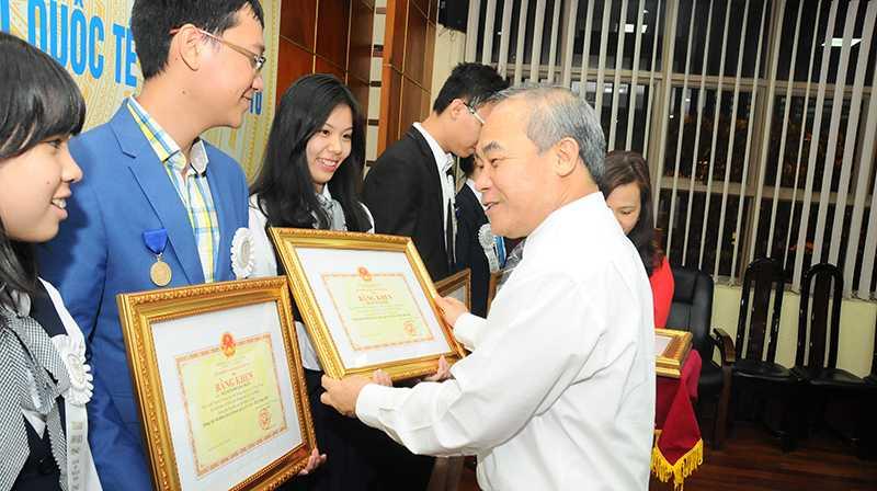Thứ trưởng Nguyễn Vinh Hiển trao bằng khen cho các học sinh đoạt giải