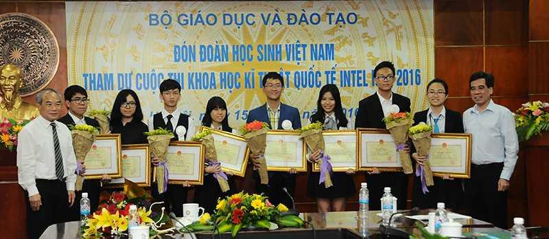 Lãnh đạo Bộ GD-ĐT chụp ảnh lưu niệm với các học sinh đoạt giải