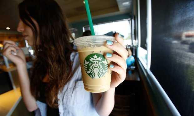 Bản khiếu nại của Pincus lập luận rằng, Starbucks lừa dối khách hàng khi ghi kích cỡ trên menu là kích cỡ của cốc đựng đồ uống, chứ không phải lượng đồ uống bên trong (không bao gồm đá). Ảnh: Reuters