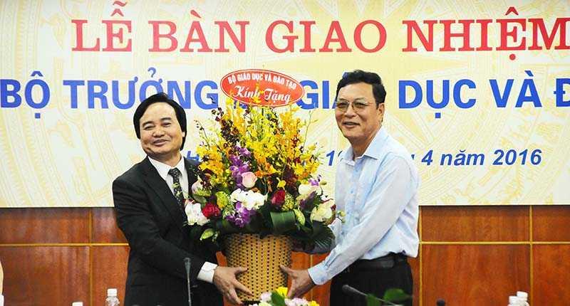 Bộ trưởng Bộ GD&ĐT Phùng Xuân Nhạ tặng nguyên Bộ trưởng Phạm Vũ Luận lẵng hoa tươi thắm