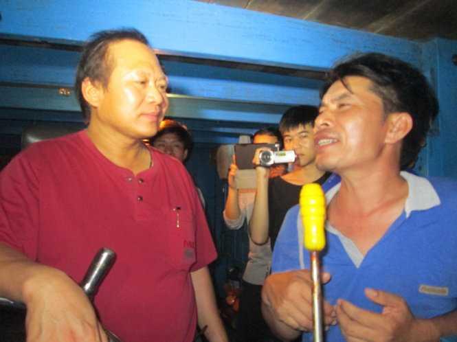 Bộ trưởng Trương Minh Tuấn thăm hỏi anh Nguyễn Nhật Linh, chủ tàu QB 91096 TS - Ảnh: L.G