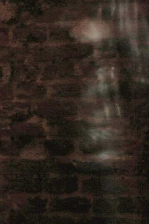 Hình ảnh ma quái trong ngôi nhà khiến chính thành viên nhóm điều tra phát nôn và  ngất. Ảnh The Mirror