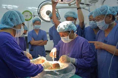 Các bác sỹ tiến hành ghép gan.